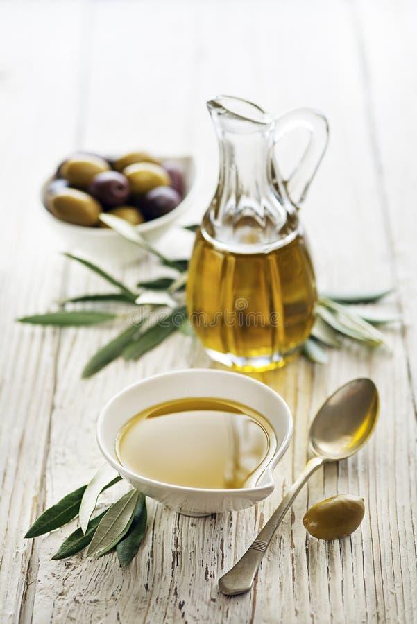 Olivolja i flaska med oliv royaltyfria foton