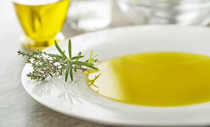 Olivolja med örtar arkivfoton