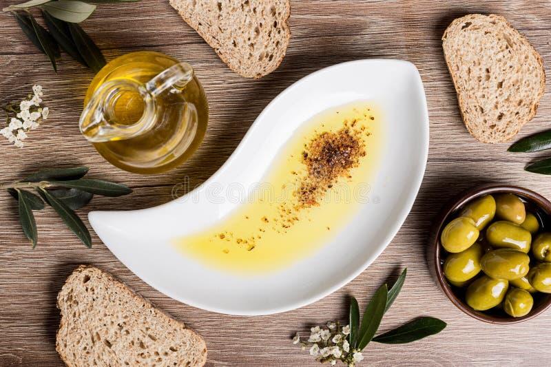 Olivolja med bröd och oljor royaltyfri fotografi