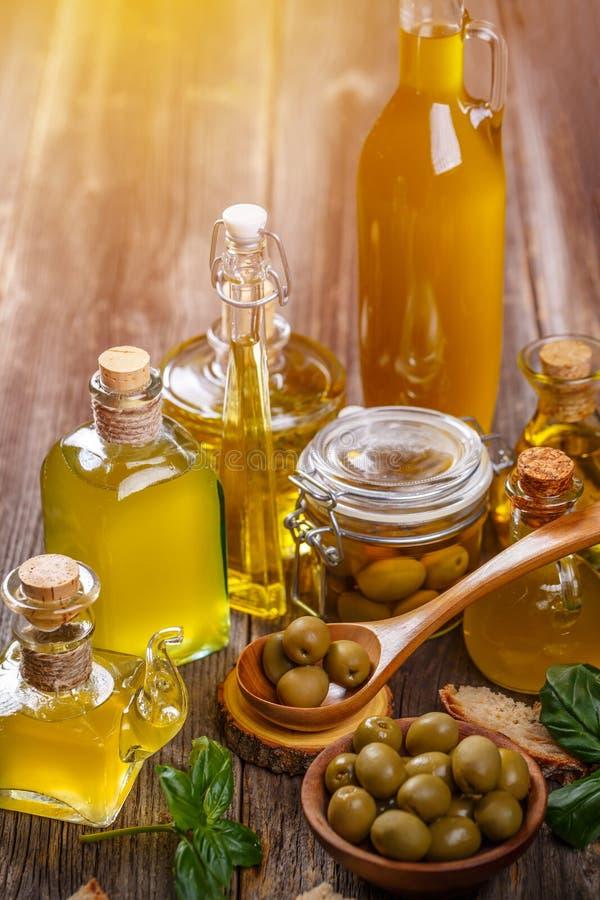 Olivolja med grön oliv arkivfoton