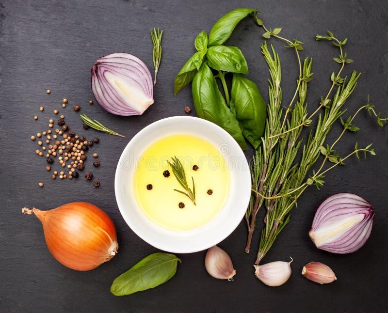 Olivolja med kryddor, örter royaltyfria bilder