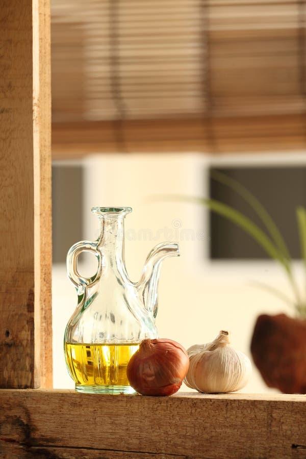 Olivolja med vitlök och löken arkivfoto