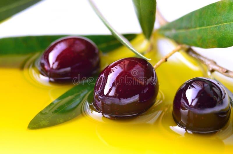 Olivolja och oliv arkivfoto