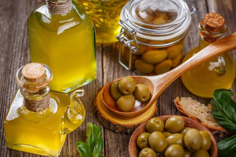 Olivolja- och olivbär royaltyfria bilder