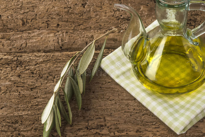 Olivolja och olive filial royaltyfri foto