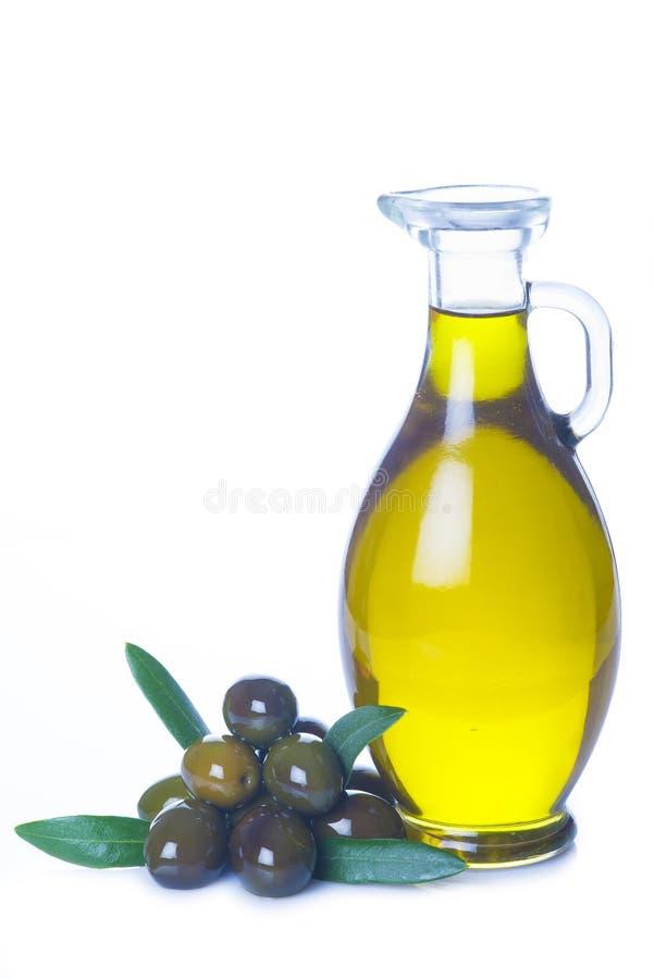 Olivolja som isoleras på en vit bakgrund arkivbilder