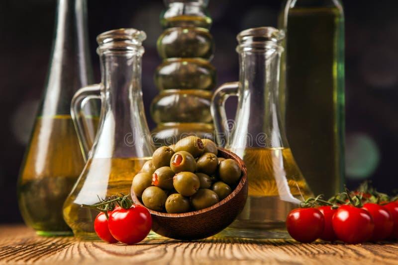 Olivoljor i flaskor med ingriedients fotografering för bildbyråer