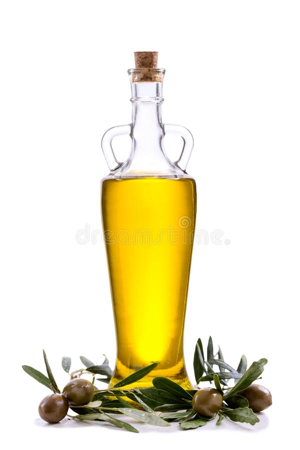 Oliwa z oliwek butelka z liśćmi i oliwkami odizolowywającymi na bielu zdjęcie royalty free