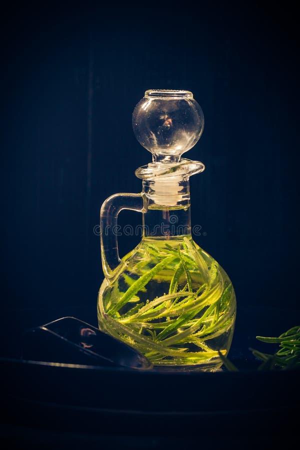 Oliwa z oliwek butelki sprig rozmaryny obrazy royalty free
