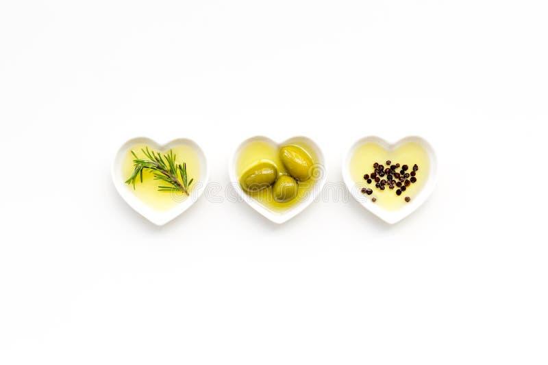 Oliwa z oliwek jako sławny produkt śródziemnomorska kuchnia Serce kształtujący rzuca kulą z oliwa z oliwek z zielonymi oliwkami,  fotografia royalty free