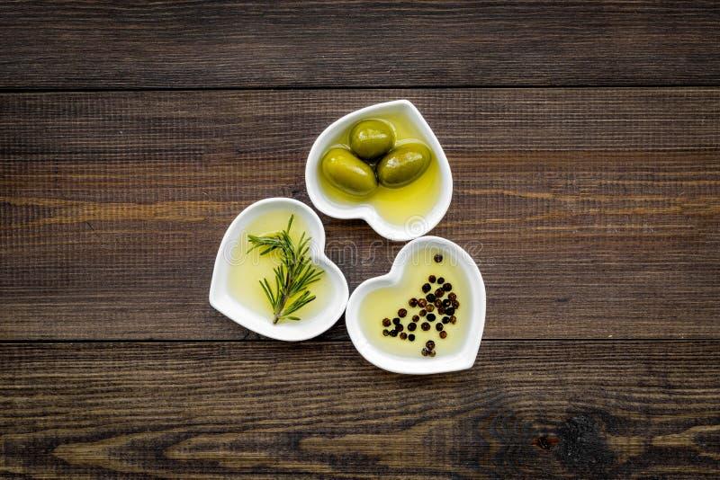 Oliwa z oliwek jako zdrowej diety produkt Serce kształtujący rzuca kulą z oliwa z oliwek z zielonym oliwek, rozmarynowego i czarn zdjęcia royalty free