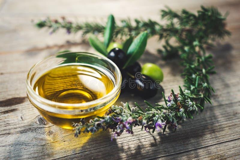 Oliwa z oliwek z liśćmi i oliwkami zdjęcia royalty free