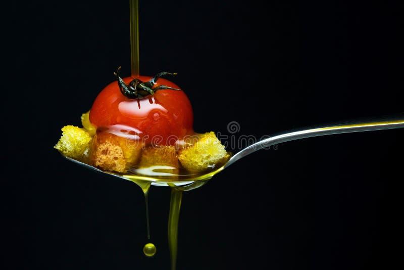 Oliwa z oliwek nad czerwonym pomidorem i chlebem obrazy royalty free