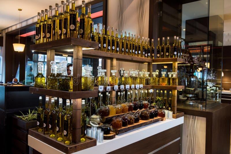 Oliwa z oliwek w butelkach i dżemach zdjęcie royalty free