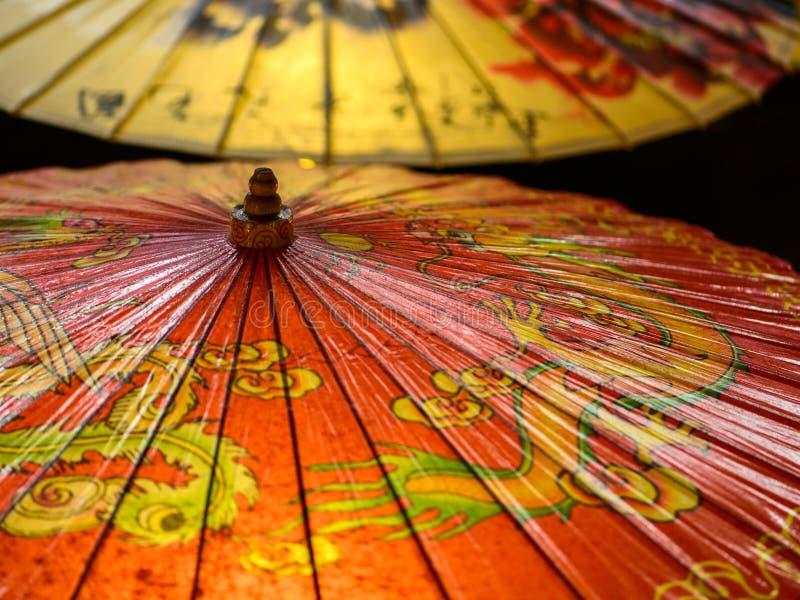 Oliwiący papierowy parasol zdjęcia stock