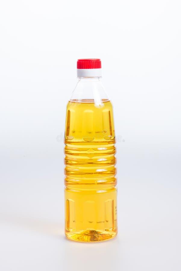 oliwi lub oliwi w plastikowej butelce na tle zdjęcie stock