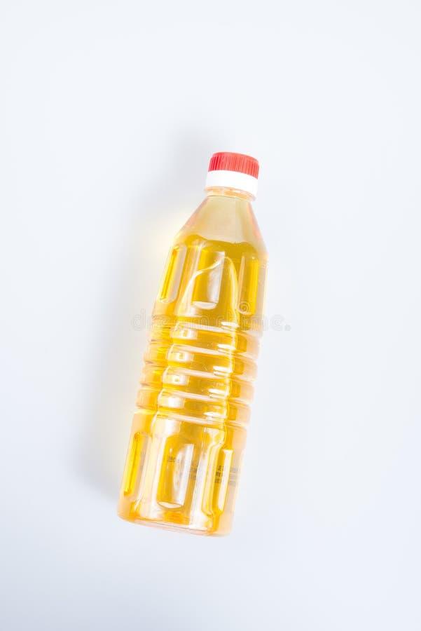 oliwi lub oliwi w plastikowej butelce na tle zdjęcie royalty free