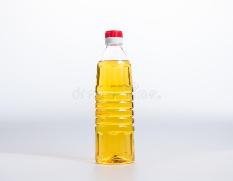 oliwi lub oliwi w plastikowej butelce na tle fotografia royalty free