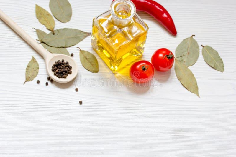 Oliwi z pikantność i chili na drewnianym tle obrazy stock