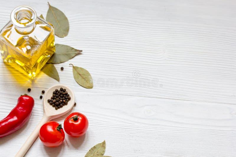 Oliwi z pikantność i chili na drewnianym tle zdjęcie stock