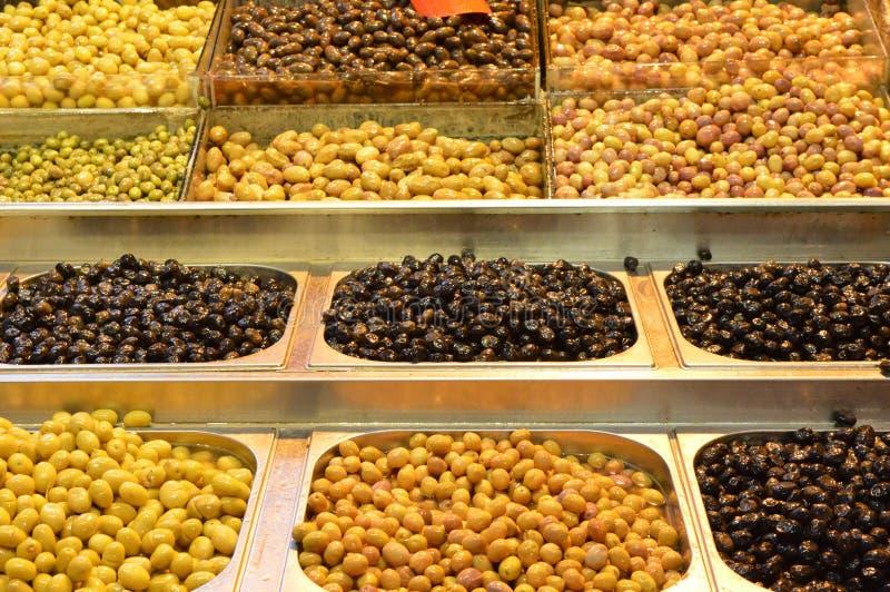 Oliwki dla sprzedaży, różnorodne oliwki sprzedawali przy rynkiem obrazy royalty free