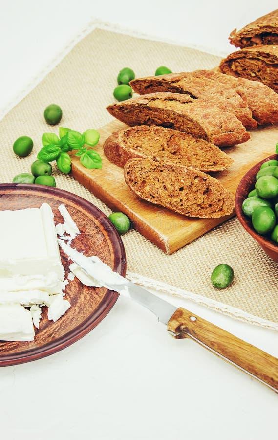 Oliwki i ser na białym tle kanapki zdjęcie royalty free