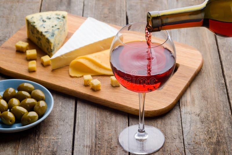 Oliwki, ser i czerwone wino, zdjęcia royalty free