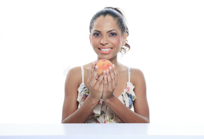 Oliwkowa uśmiechnięta kobieta odizolowywająca na białym studiu obrazy royalty free