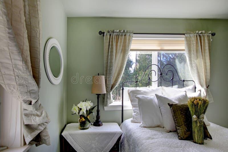 Oliwna brzmienie sypialnia z antyka żelaza ramy łóżkiem obraz royalty free