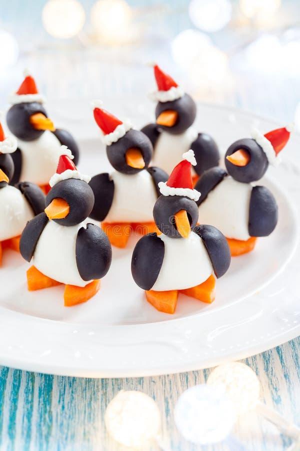 Oliwna pingwin przekąska z Santa kapeluszem fotografia stock