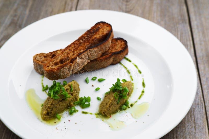 Oliwny tapenade i żyta baguette, Włoska przekąska zdjęcia stock