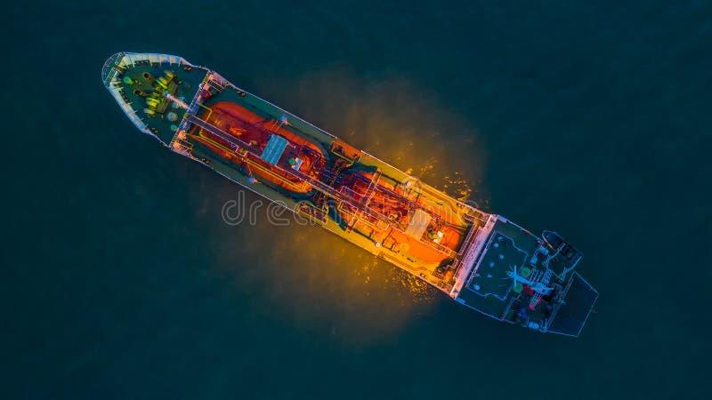 Olja för flyg- sikt/kemisk tankfartyg i det öppna havet på natten, raffinaderibranschlastfartyg arkivbilder