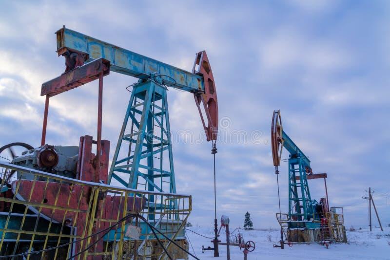 olja f?r gasindustri Konturoljapumpar på en solnedgånghimmelbakgrund Oljeindustri equipment Nära upp industriell sikt på olja royaltyfri foto