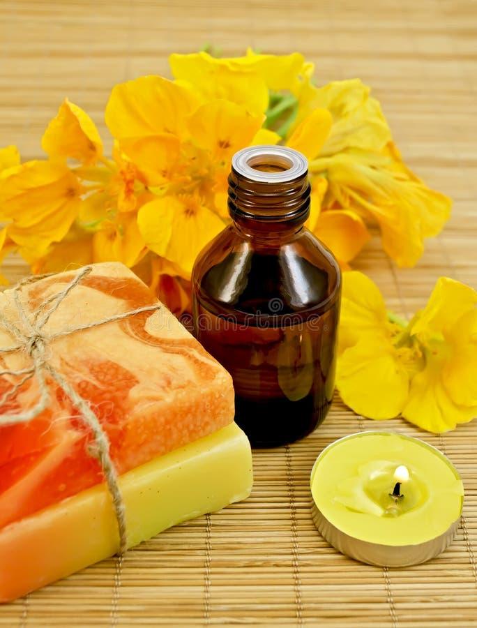 Olja med nasturtiums och stearinljuset arkivfoto