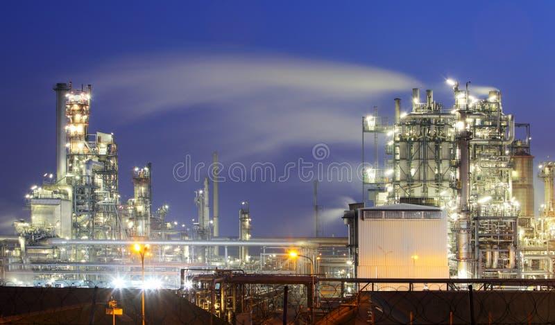 Olja och gasa bransch - raffinaderi på skymningen - fabriken - petroche royaltyfri bild