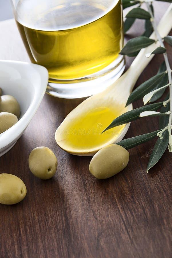 Olja och oliv royaltyfria bilder