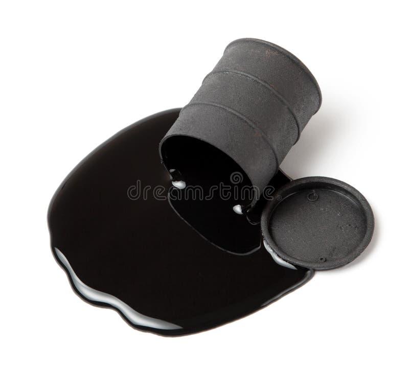 Olja som spills från den svarta trumman som isoleras på vit bakgrund royaltyfria bilder
