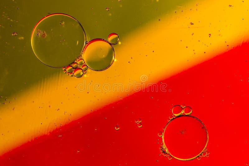 Oljadroppar på en vattenyttersida royaltyfri fotografi