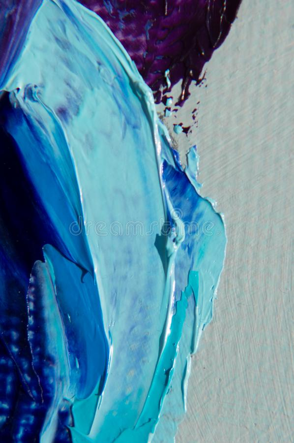 Oljamålarfärg på kanfas är skriftlig vid palettkniven Closeup av en målning vid olja- och palettkniven på kanfas royaltyfri fotografi