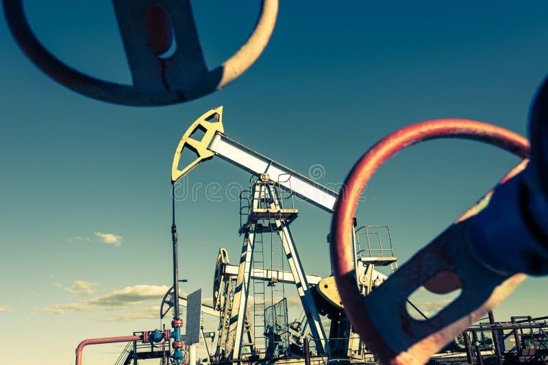 Oljapumpjack, industriell utrustning Vagga maskiner f?r maktgenertion pumpjack russia v?stra siberia f?r extraktionoljeoilwell fotografering för bildbyråer