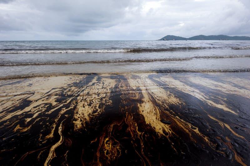 Oljaspill blandat med andra kemiska vikter på havs- och sandyttersida Föroreningbilder, Samet ö, Thailand royaltyfri foto