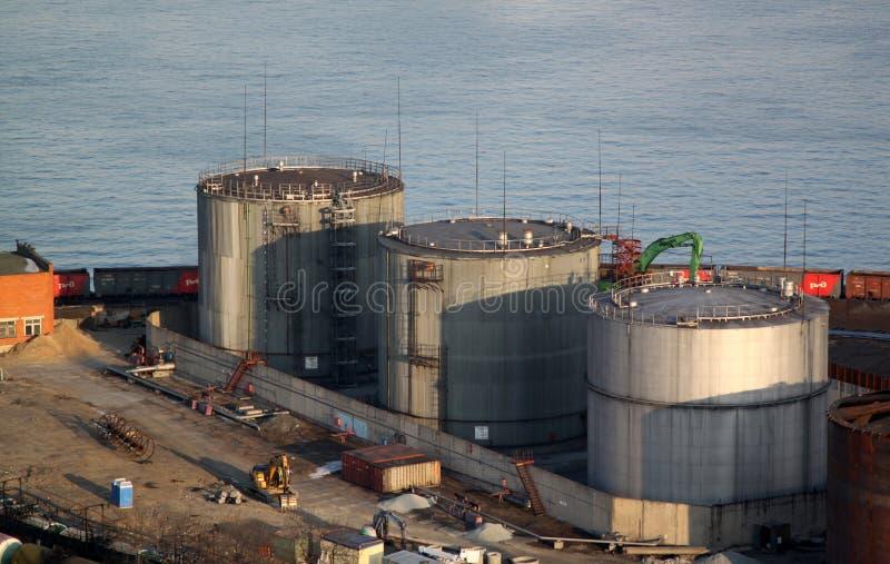 Olje- behållare i port royaltyfri bild