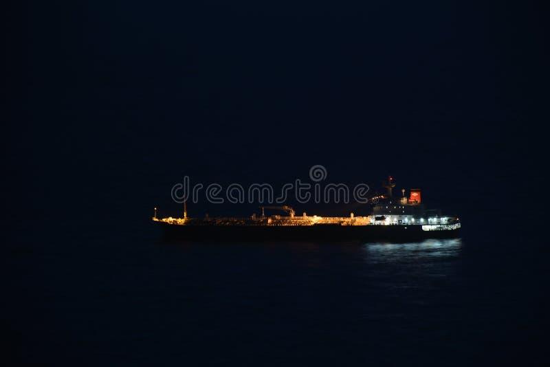Olje- behållare på havet fotografering för bildbyråer