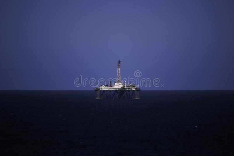 Olje- borrplattform på havet på klar blå himmel fotografering för bildbyråer