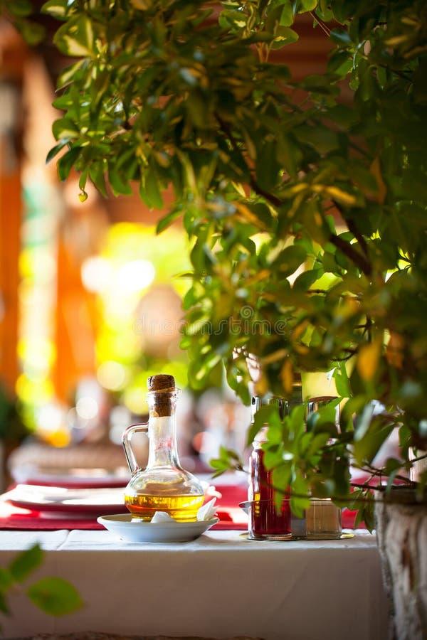 Olje- flaska på en tabell på restaurangen royaltyfria bilder