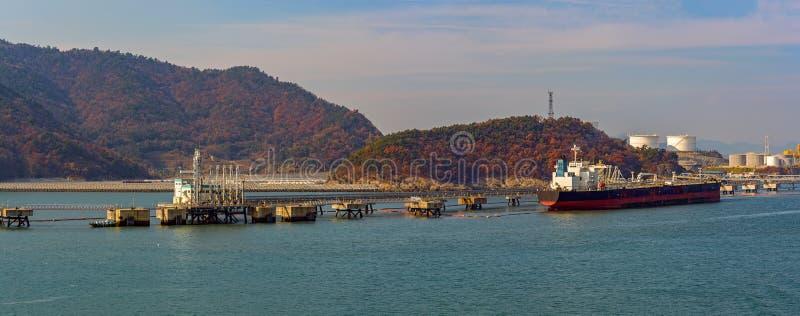 Olje-/kemisk tankfartyg framme av kustterminalen fotografering för bildbyråer