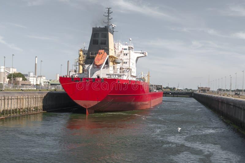 Olje- kemisk tankfartygskyttel i kanalen arkivfoto