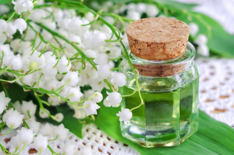 Olje- liljekonvalj för doft arkivfoton