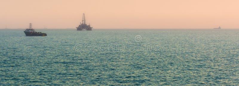 Olje- plattform i havet royaltyfri foto