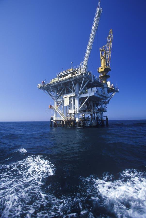 Olje- plattform mellan Ventura och kanalöar, CA royaltyfria foton